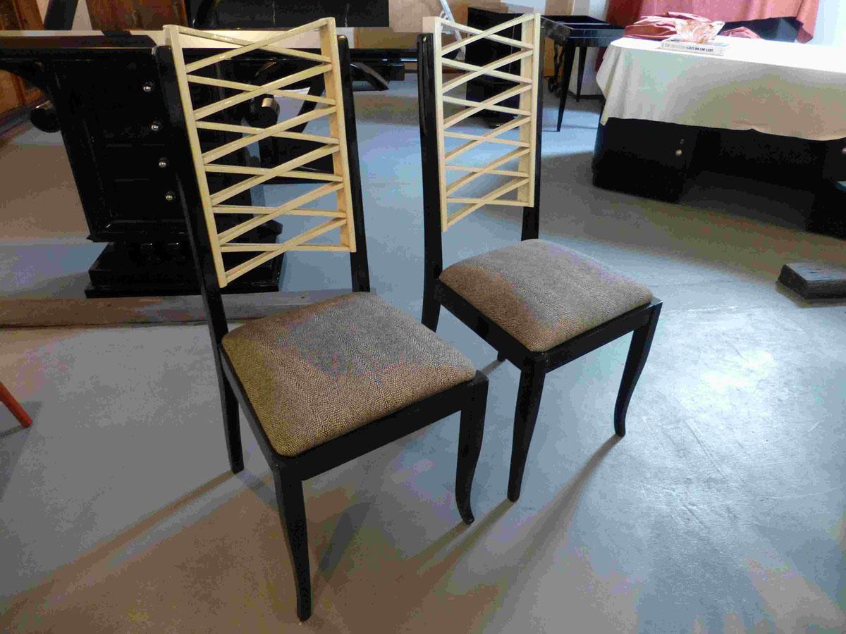 3214 Sechs Art Deco Stühle aus Frankreich, Lehne hellelfenbein, Rahmen schwarz hochglanz. Polsterung in silbergrau marmoriertem Stoff.