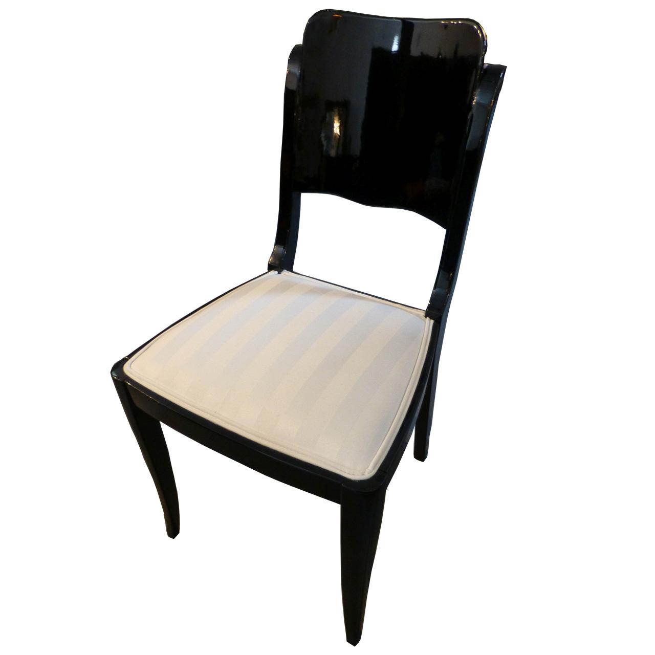 3213 4 Art Deco Stühle mit creme-weissem Polsterstoff, aus Frankreich, schwarz hochglanz poliert