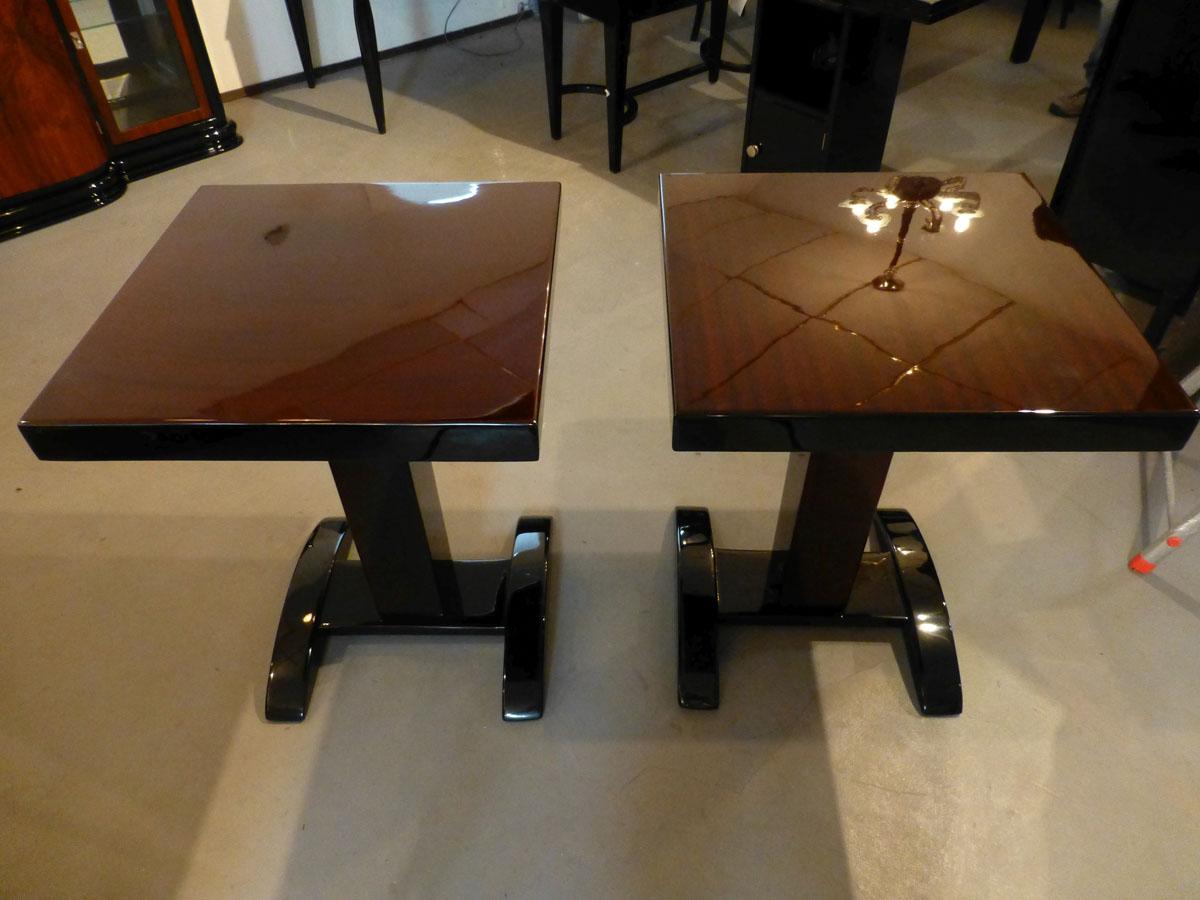 2131 Zwei Art Deco Beistelltische hochglänzend mit massiven Holzfuß